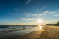 Superficie luccicante leggera dell'acqua di tramonto sulla spiaggia tropicale Immagine Stock