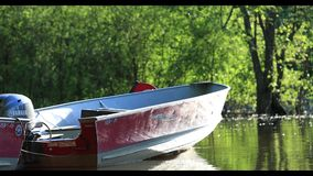 Superficie mágica del agua de un río en la puesta del sol, en un día de verano rodaballo metrajes