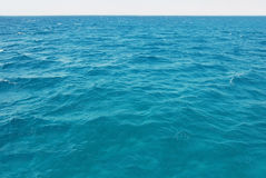 Superficie natural de la agua de mar de la turquesa Foto de archivo libre de regalías