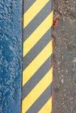 Superficie negra y amarilla del Grunge de las rayas como la advertencia o peligro Pat Foto de archivo
