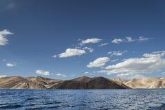 Superficie ondulata blu del lago dell'alta montagna Fotografia Stock