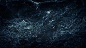 Superficie oscura del río que remolina metrajes