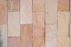 Superficie real desigual decorativa de la pared de piedra con el cemento Fotografía de archivo