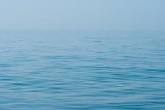 Superficie y horizonte de la agua de mar todavía tranquilo Imagenes de archivo