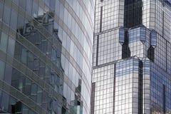 Superficies de cristal hermosas de Refletive en estos rascacielos céntricos de la oficina de Kansas City Imágenes de archivo libres de regalías