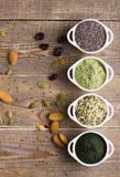 Superfood未加工的种子和粉末 免版税库存图片