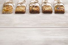Superfood del Granola con la mandorla e gli anacardi, frutti asciutti, ciliegia nel barattolo ceramico sulla tavola di legno bian fotografie stock libere da diritti