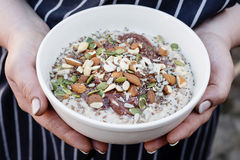 Superfood havregröt med muttrar Royaltyfri Foto