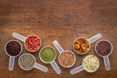 Superfood kärnar ur, bäret, pulver och korn Arkivfoton