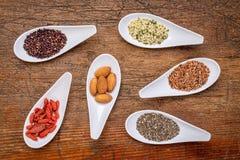 Superfood korn, kärnar ur, bäret och mutterabstrakt begrepp Royaltyfri Bild