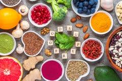 Superfood rent ?taval: frukt gr?nsak, fr?, pulver, muttrar, b?r p? konkret bakgrund royaltyfri foto