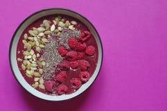 Superfood-Smoothies rollen von der Himbeere, chia, Kürbiskerne Organisch, strenger Vegetarier, roh Gesundes Frühstück stockbilder