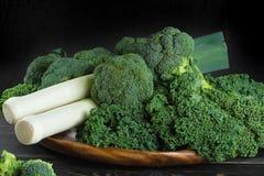 Superfood verde del invierno - col verde, bróculi y puerros de la col rizada Imagenes de archivo