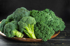 Superfood verde del invierno - col verde de la col rizada, bróculi Imagen de archivo