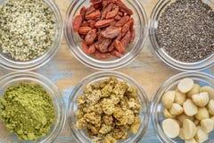 Superfood w szklanych pucharach abstrakcjonistycznych Fotografia Royalty Free