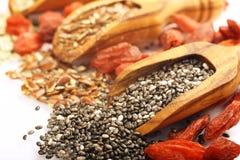 Superfoods в деревянных ветроуловителях стоковые фото
