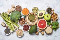 Superfoods, comida sana en fondo ligero imagen de archivo