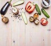 Superfoods e vegetais e especiarias saudáveis do estilo de vida ou do conceito do alimento da dieta da desintoxicação vários na b Fotografia de Stock Royalty Free