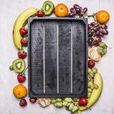Superfoods en de gezonde bananen van het het voedselconcept van het levensstijl detox dieet, aardbeien, steken donkere druiven aa Stock Foto's