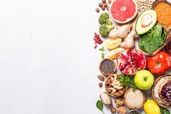Superfoods en el fondo blanco Nutrición sana del vegano foto de archivo libre de regalías
