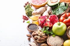 Superfoods en el fondo blanco Nutrición sana del vegano foto de archivo