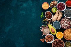 Superfoods Gezond voedsel Noten, bessen, vruchten, en peulvruchten Op een zwarte steenachtergrond royalty-vrije stock afbeelding