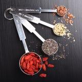 Superfoods, i att mäta skedar Royaltyfri Foto