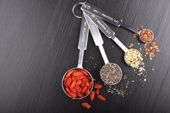 Superfoods in metende lepels Royalty-vrije Stock Afbeeldingen