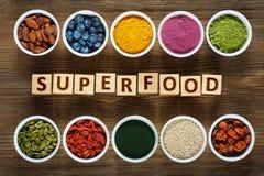Superfoods na drewnianym stole Zdjęcia Royalty Free