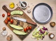 Superfoods och den sunda livsstilen eller detoxen bantar matbegreppsingredienser för att laga mat vegetarisk sallad med örter, sm Royaltyfria Foton