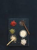 Superfoods op zwarte bordachtergrond: gojibessen, chia, mung bonen, boekweit, quinoa, zonnebloemzaden Hoogste mening Royalty-vrije Stock Foto