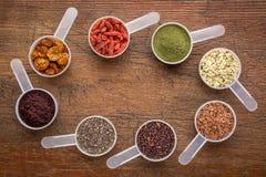 Superfoods - semilla, baya, polvo y grano fotos de archivo