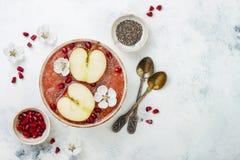 Superfoods-Smoothieschüssel mit chia Samen, Granatapfel, schnitt Äpfel und Honig Obenliegende, flache Lage Traditionelles Lebensm Lizenzfreies Stockfoto