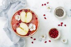 Superfoods-Smoothieschüssel mit chia Samen, Granatapfel, schnitt Äpfel und Honig Obenliegende, flache Lage Traditionelles Lebensm Lizenzfreie Stockfotografie