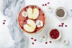 Superfoods-Smoothieschüssel mit chia Samen, Granatapfel, schnitt Äpfel und Honig Obenliegende, flache Lage Traditionelles Lebensm Stockbild