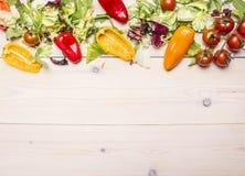 Superfoods y verduras sanas e hierbas en una tabla de madera blanca, tomates de la forma de vida o del concepto de la comida de l imagenes de archivo