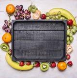 Superfoods, zdrowie i detox diety pojęcia karmowa rozmaitość świeża owoc, bogactwo w witaminach i diety jedzenia rama kłaść wokoł Obrazy Stock