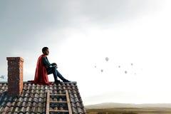 Superhéroe en el tejado Técnicas mixtas fotos de archivo