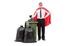 Superheld, der einen Abfalleimer bereitsteht Lizenzfreies Stockbild