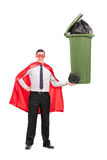 Superheld, der einen großen Abfalleimer hält Lizenzfreies Stockbild