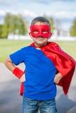 Superheld, der mit den Händen auf Hüften steht Stockbilder