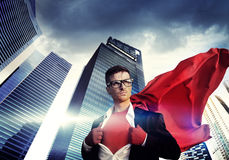 Superheld-Geschäftsmann-Strength Cityscape Cloudscape-Konzept Lizenzfreie Stockfotos