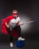 Superheld mit Reinigungsanlage Lizenzfreie Stockbilder