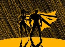 Superheld-Paare: Männliche und weibliche Superhelden, werfend in vorderem O auf Lizenzfreie Stockfotografie