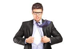 Superheldgeschäftsmann, der blaues Hemd öffnet lizenzfreie stockbilder