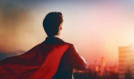 Superheldgeschäftsmann, der Stadt betrachtet Stockfoto