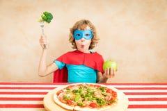 Superheldkind, das superfood isst lizenzfreie stockfotografie