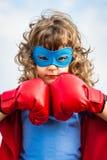 Superheldkind. Mädchenenergiekonzept Lizenzfreie Stockbilder