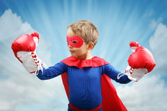 Superheldkind mit Boxhandschuhen stockbild