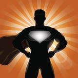 Superhero που στέκεται με τα χέρια στη σκιαγραφία ισχίων Στοκ Εικόνα